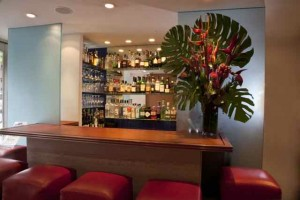 """The Bar at La Silhouette:  Where the """"In Crowd"""" Waits for Their Table"""